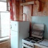 Есть на кухне холодильник и плита газовая