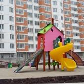 Во дворе есть детская площадка, недавно установленная