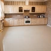 Кухня очень просторная, светлая, прямо светится. И посмотрите на плитку и потолок!
