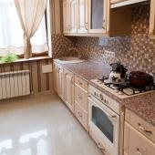 Фотография кухни с угла: газовая плита, вытяжка, шикарная мебель