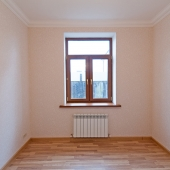Окно в этой комнате на первом этаже