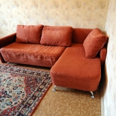 В другом углу напротив софы раскладной диван современного года выпуска