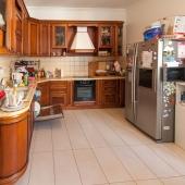 Далее двигаемся на кухню, она находится в противоположной стороне от обеденной зоны