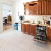 Да, помимо духового шкафа и варочной панели, есть еще посудомоечная машина - вот она на фотографии