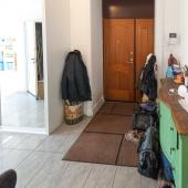 Рядом с кухней была другая дверь. Она нас приводит в прихожую, которая достаточно просторная.