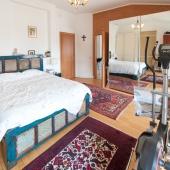 Большая кровать, велотренажер, зеркало благодаря шкафу во всю стену - шикарная обстановка!