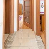 Это как раз в конце этого коридора 3 двери: санузел и 2 комнаты