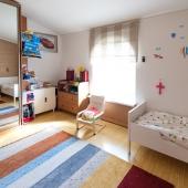 По площади эта комната детская получается почти 16 метров