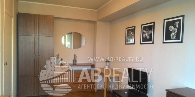 Жилая комната в этой квартире - на полу паркет советских времен