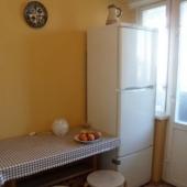 На кухне можете видеть выход на лоджию