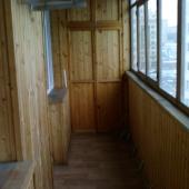 Лоджия соответственно полностью застеклена и обита вагонкой деревянной