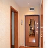 Это коридор в квартире - посм. на межкомнатные двери!