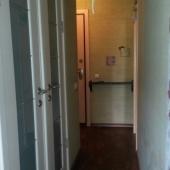 Это коридор с дверьми в туалет и в ванную
