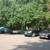 Возле дома стихийная парковка
