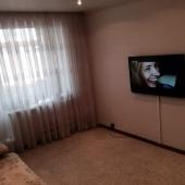 На стене ТВ - у стены (другой напротив) диван