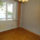 Вторая комната в этой квартире без мебели и по площади 10 метров