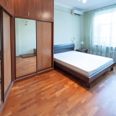 Как видим в комнате кровать и хорошая мебель