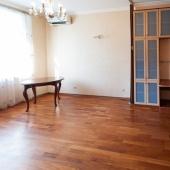 В этой комнате минимум мебели и, фактически, она используется как гостиная