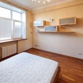 Точно так же в этой комнате есть кондиционер и светлое окно