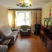 В комнате диван мягкий, 2 кресла, стенка