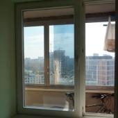 Через окно вид на лоджию и далее на БЦ Новатэк