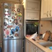 Холодильник, а рядом уютно пристроился духовой шкаф