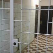 В подъезде внутри железная решетка общая перед входной дверью
