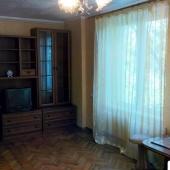 В комнате есть мебель