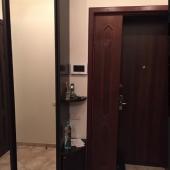В коридоре стоит шкаф-купе