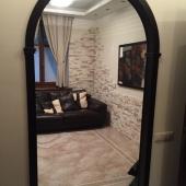 Из коридора фотография с видом на комнату или гостиную с кухней