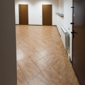Далее второе помещение - справа дверь в одну из комнат (оружейная), прямо еще комната и санузел (бойлерная)