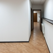Прежние арендаторы сделали перегородку - получилась отдельная комната и коридор
