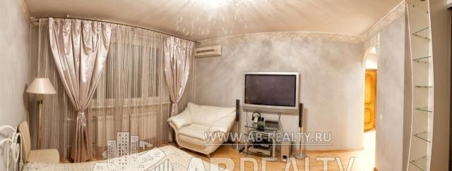 Жилая комната просторна, так как по площади 20 кв. м.