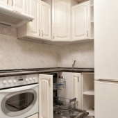 А также есть посудомоечная машина Bosch и духовка Kaiser
