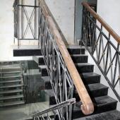 Сначала при входе такая лестница