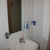 Раковина и зеркало на 2 этаже дома