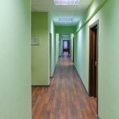 На полу в коридорах везде лежит ламинат