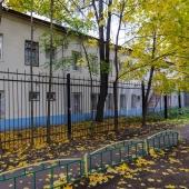 Фотография отдельно стоящего здания сзади. Адрес: Москва, ул. Приорова, д. 24 строение №2