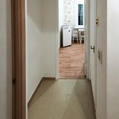 Проход на кухню, которая по площади 7 кв. метров