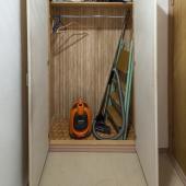 Стеной шкаф практически пуст, готов к приёму новых арендаторов и их вещей!