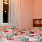 Та комната, которая поменьше, используется как спальня