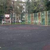 Рядом с жилым домом спорт-площадка для игр в футбол или баскетбол