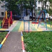 С другой стороны дома тоже еще 1 детская площадка