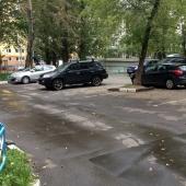 Возле жилища есть стихийная парковка