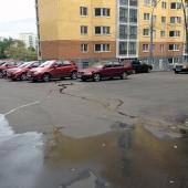 И рядом с соседним новым домом тоже есть парковка