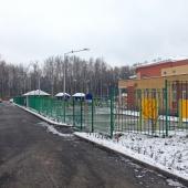 Детский сад рядом находится во дворе