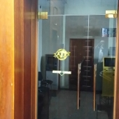 Это вход на первый этаж, где мы предлагаем наши помещения
