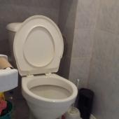 Фото подтверждает наличие туалета на цокольном этаже. Это на Бауманской улице, 43/1с1.