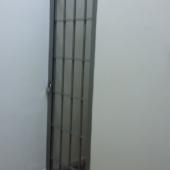 Дверь железная с решеткой
