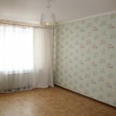 Общий вид комнаты квартиры, которая продается